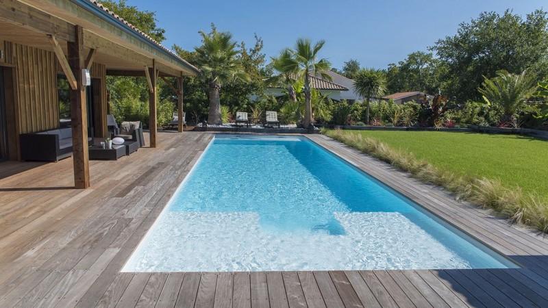 Pisciniste Arcachon piscine exterieure pour une maison et terrasse en bois cote piscine 33