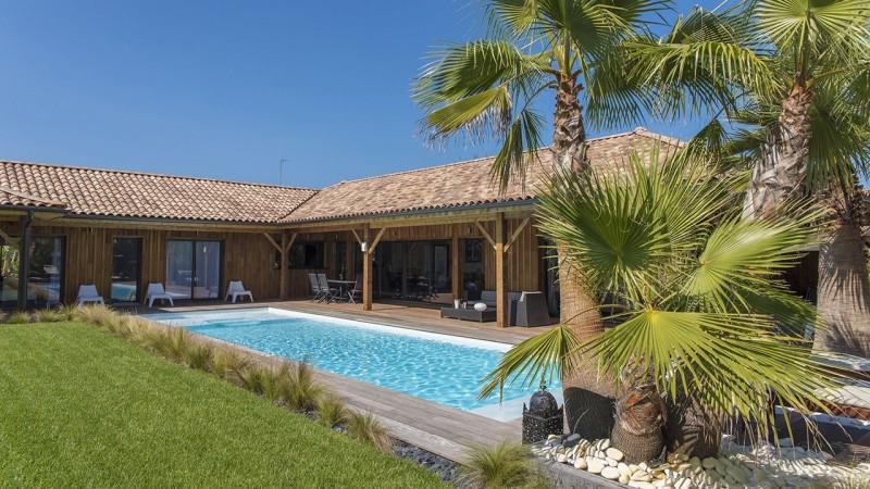 Pisciniste Arcachon piscine exterieure pres dune maison en bois cote piscine 33