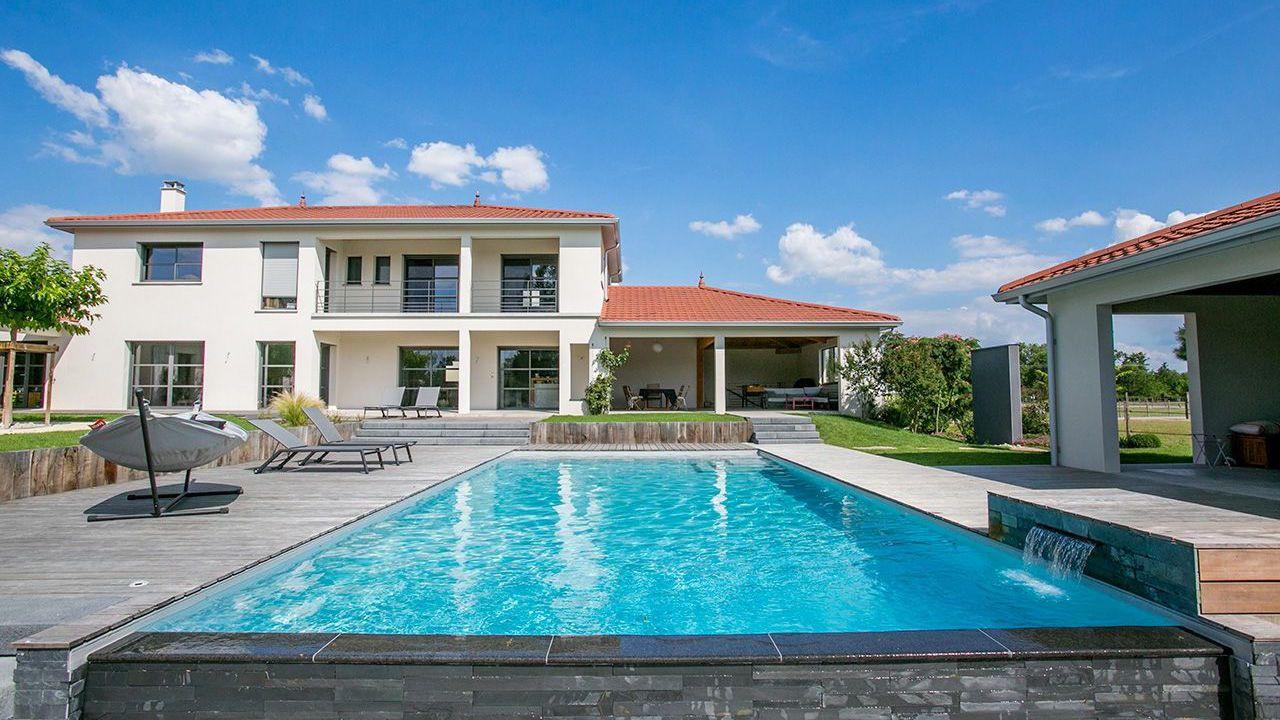 villa avec piscine à débordement