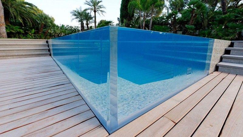Un angle surprenant belle piscine Piscine à paroi vitrée