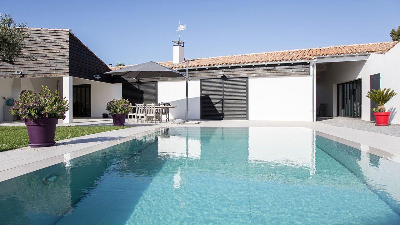 Au gré de vos envies construction piscine fond mobile Piscine à fond mobile Gris clair
