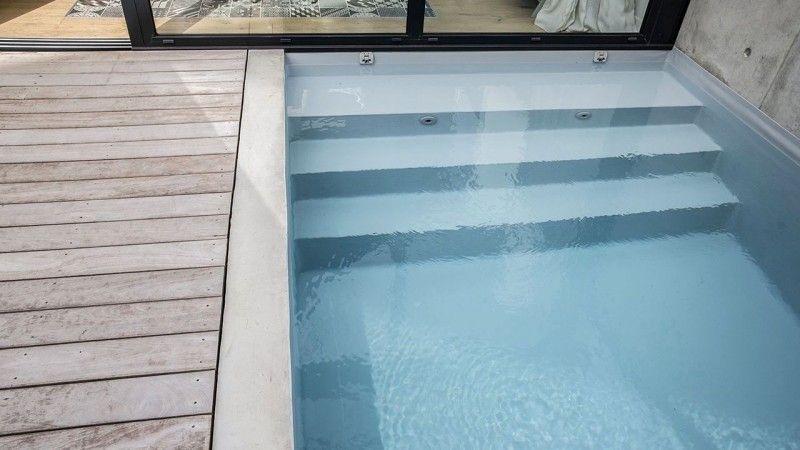 Une piscine dans la ville petite piscine Piscine citadine Gris clair