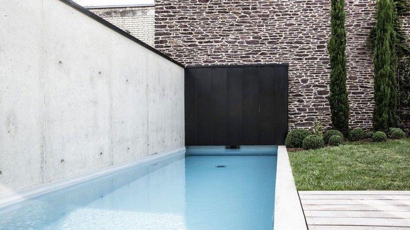 Une piscine dans la ville petite piscine design Piscine citadine Gris clair
