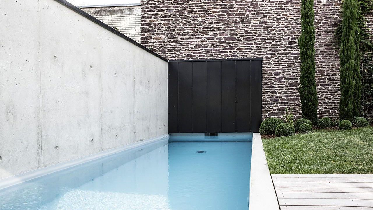 une piscine dans la ville l 39 esprit piscine. Black Bedroom Furniture Sets. Home Design Ideas