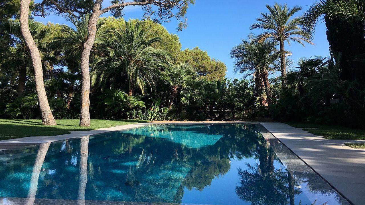 Un angle surprenant piscine architecture Piscine à paroi vitrée