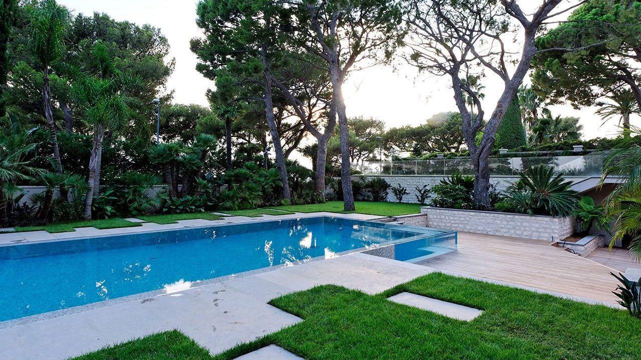 Un angle surprenant piscine avec angle vitre Piscine à paroi vitrée