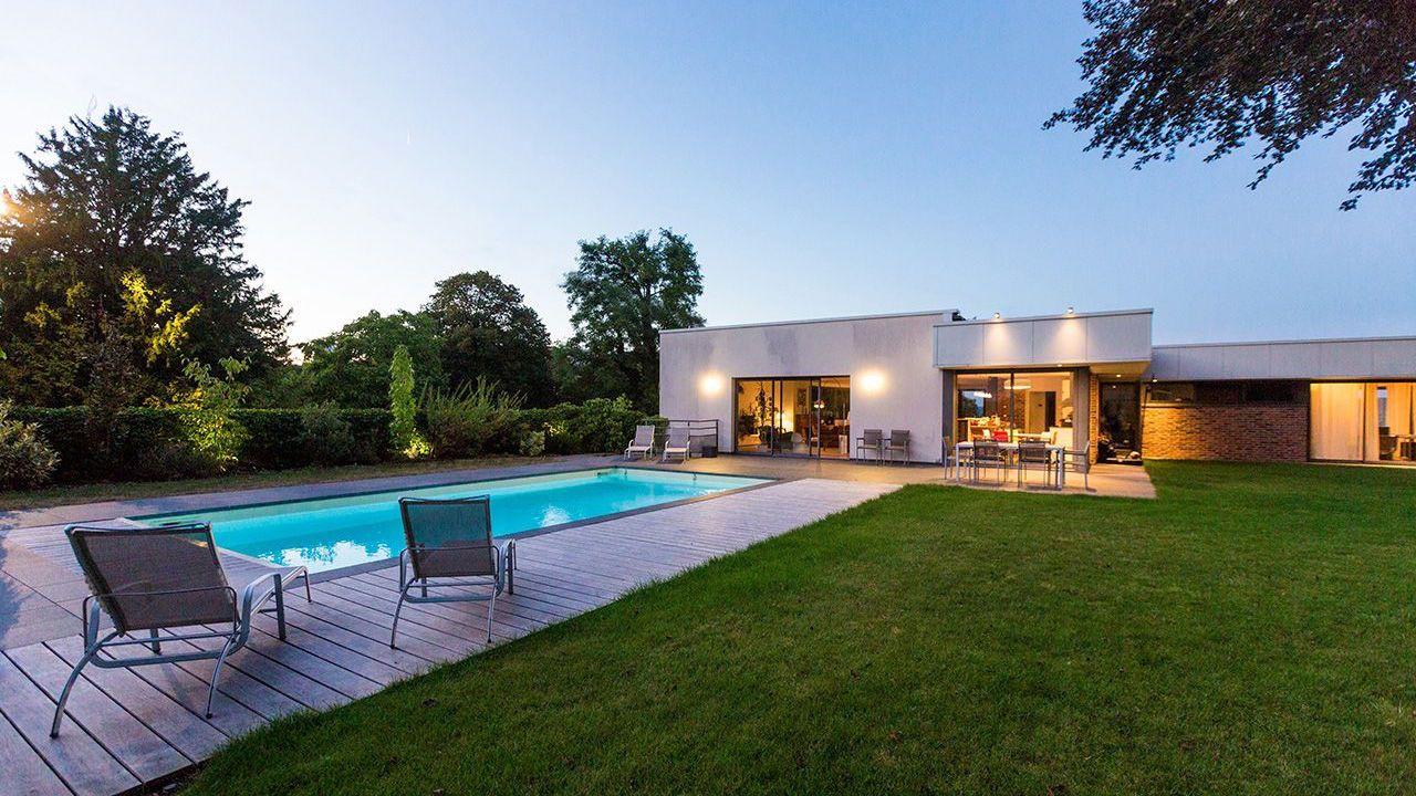 Sobre modernité piscine avec terrasse en pierre Rénovation de piscines Sable