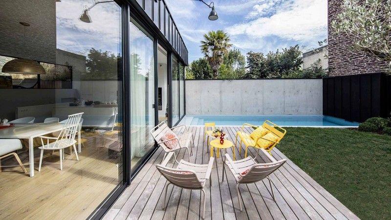 Une piscine dans la ville piscine citadine exterieure accolee a une maison style industriel Piscine citadine Gris clair