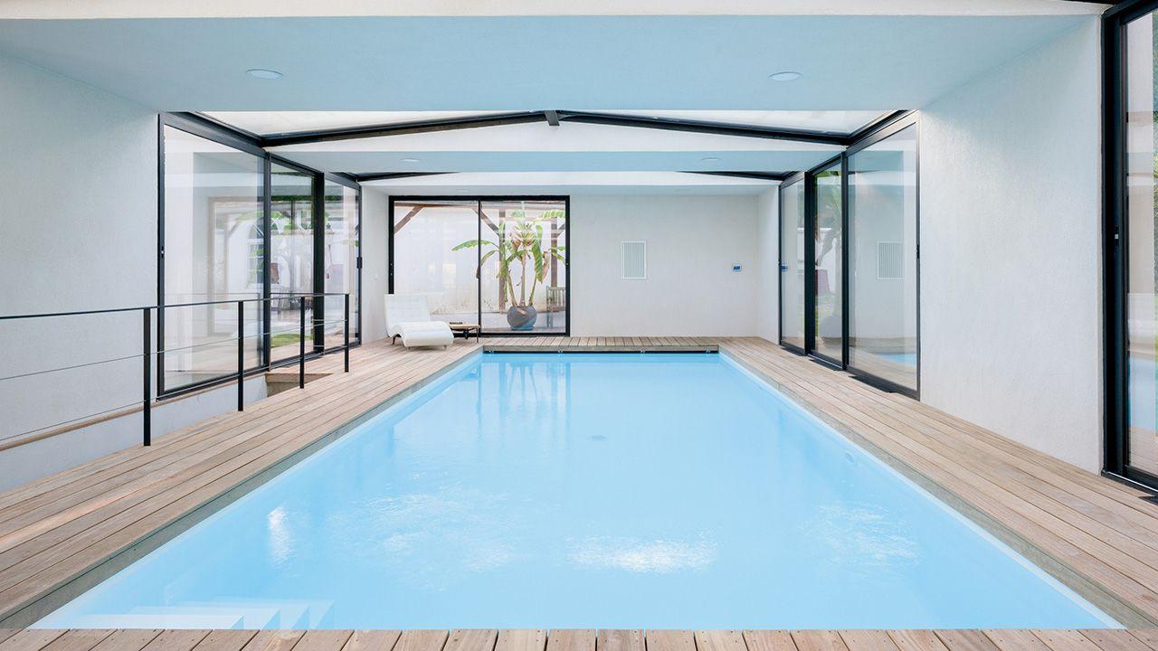 Piscine intérieure à l'extérieur piscine dans une tres jolie maison Piscine intérieure Blanc