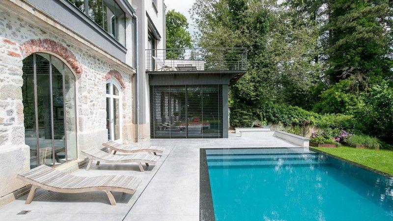 Reflets d'élégance piscine design a debordement Piscine miroir minéral Gris anthracite
