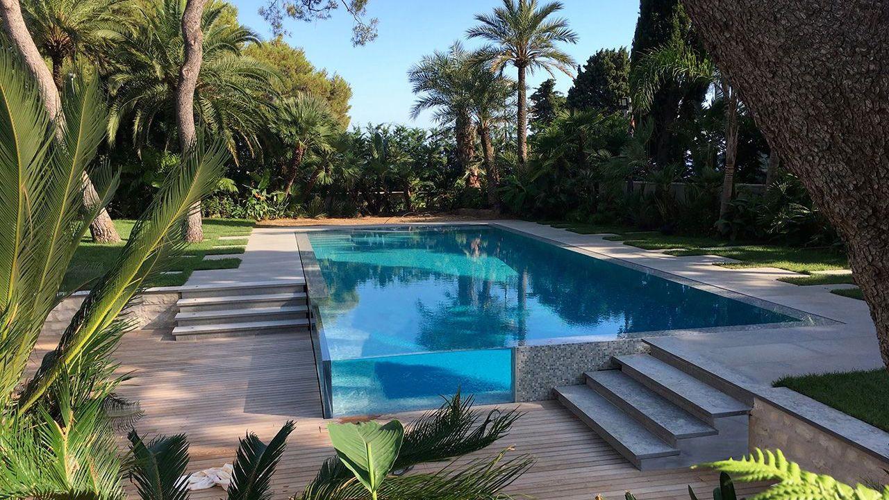 Un angle surprenant piscine exceptionnelle Piscine à paroi vitrée