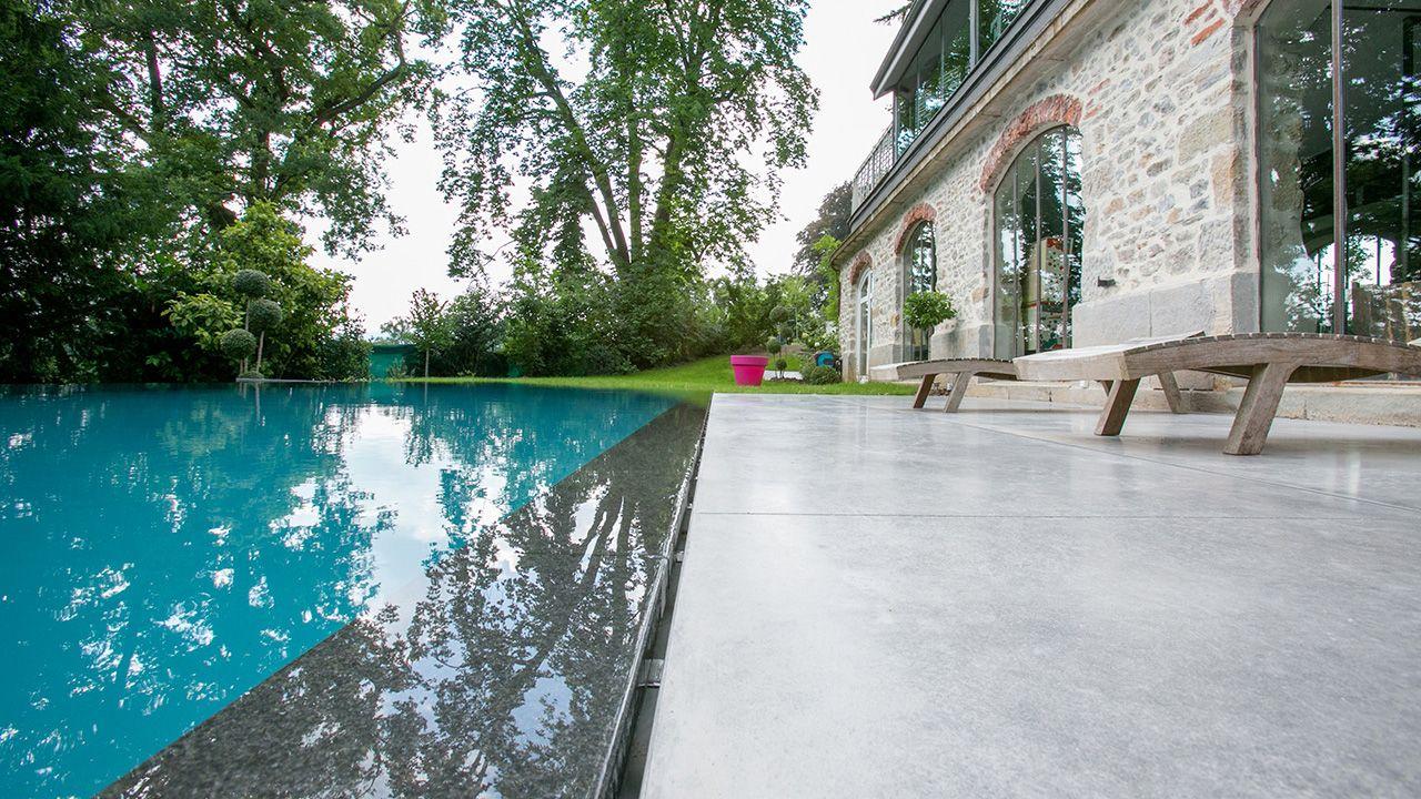 Reflets d'élégance piscine exterieure a debordement Piscine miroir minéral Gris anthracite