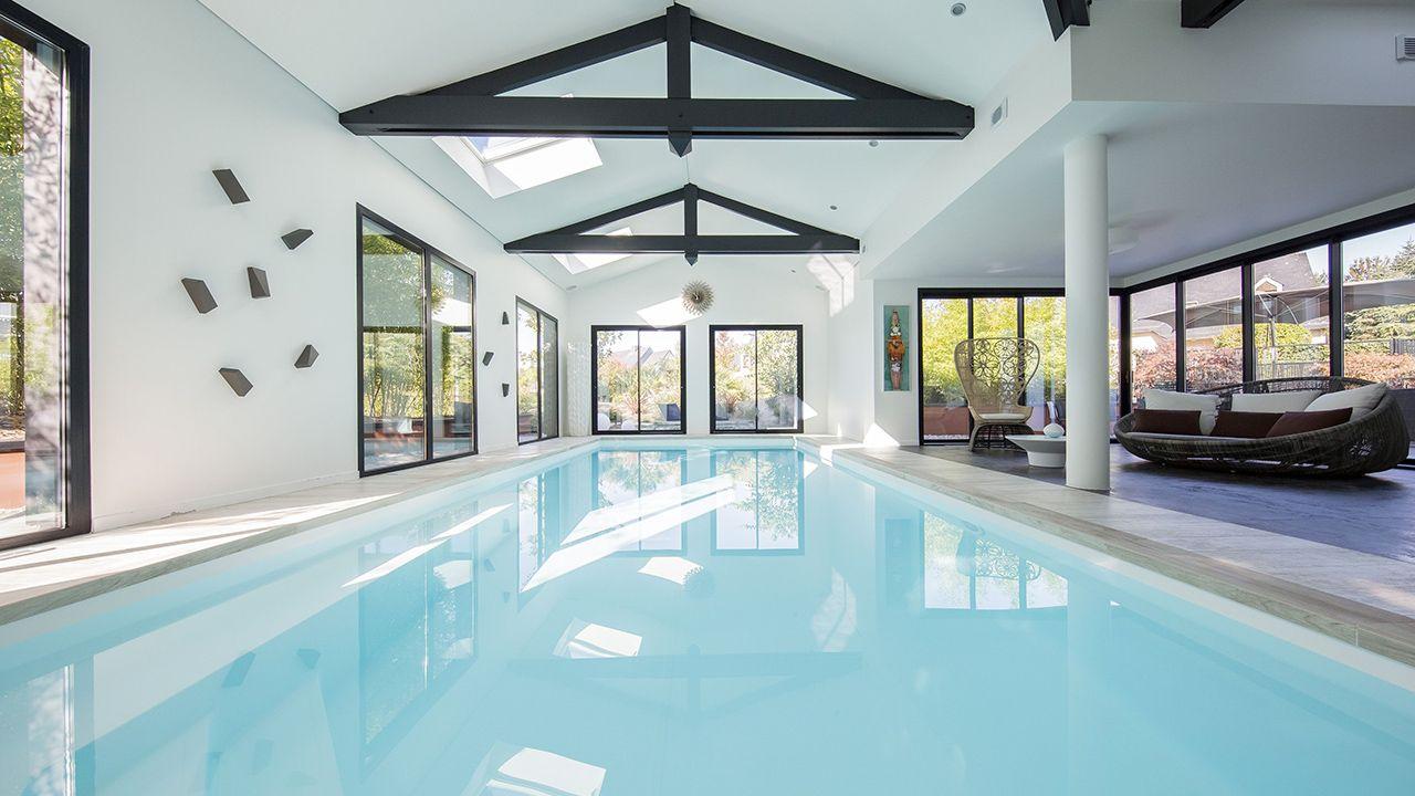 Nager en toutes saisons piscine interieure fond blanc Piscine intérieure Gris clair