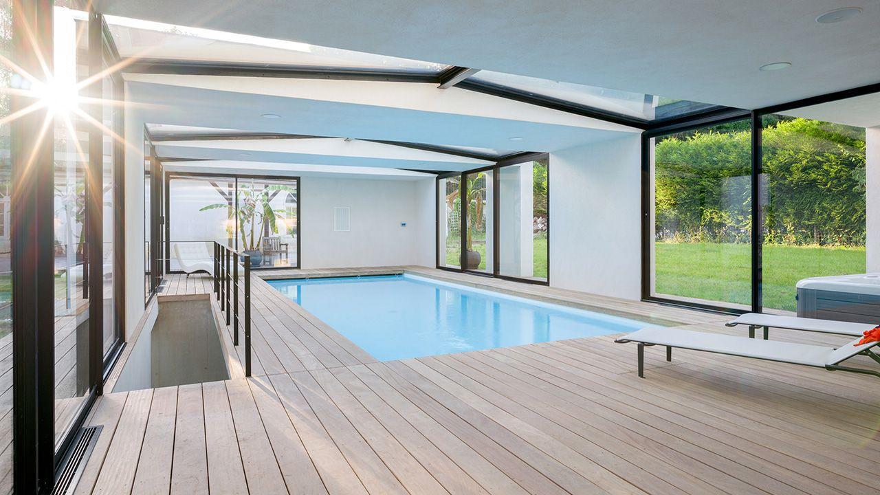 Piscine intérieure à l'extérieur piscine interieure luxe Piscine intérieure Blanc