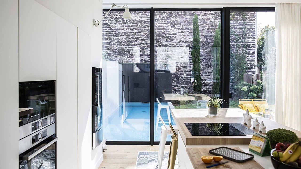 Une piscine dans la ville piscine maison de ville Piscine citadine Gris clair