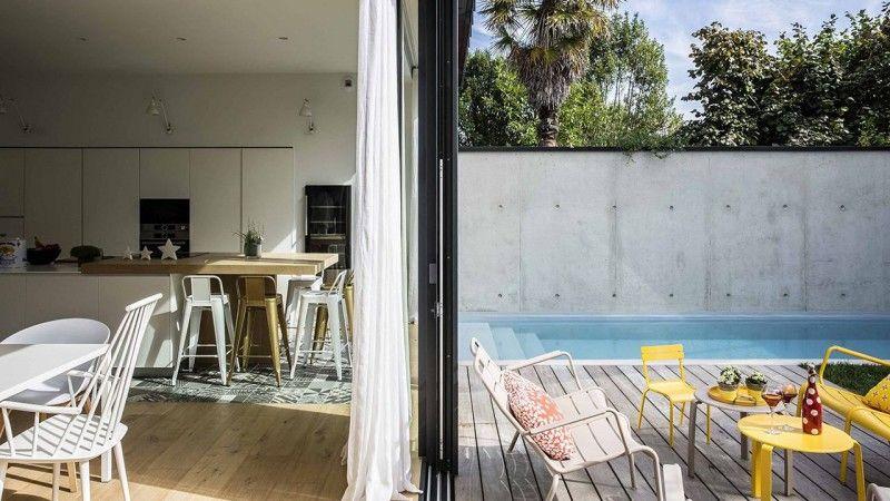 Une piscine dans la ville piscine maison ville Piscine citadine Gris clair