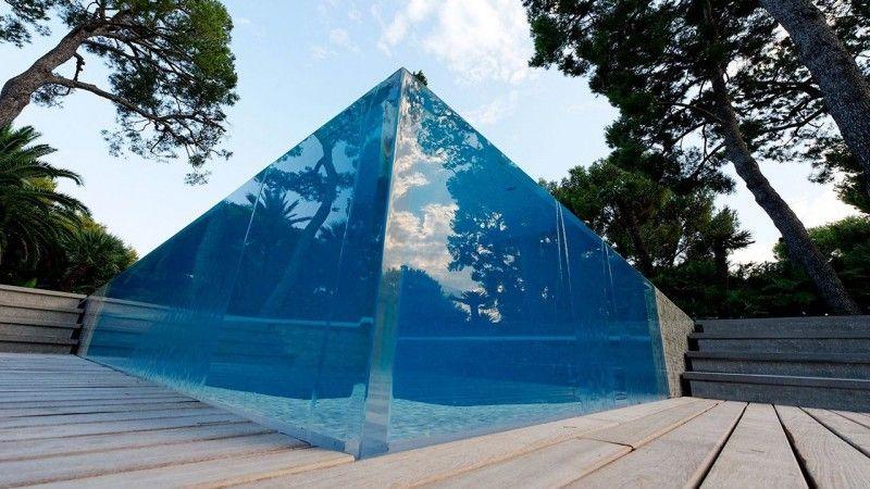 Un angle surprenant piscine moderne et design Piscine à paroi vitrée