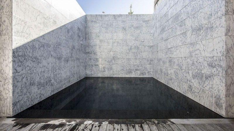 Cours sur la perspective piscine revetement noir Piscine citadine Piscine miroir minéral Noir