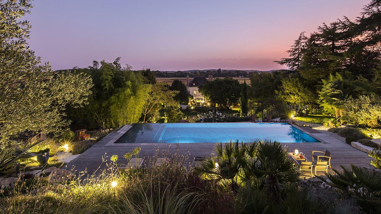 Bain en hauteur jardin piscine a debordement 2 Piscine à débordement Piscine paysagée 3D Gris ardoise