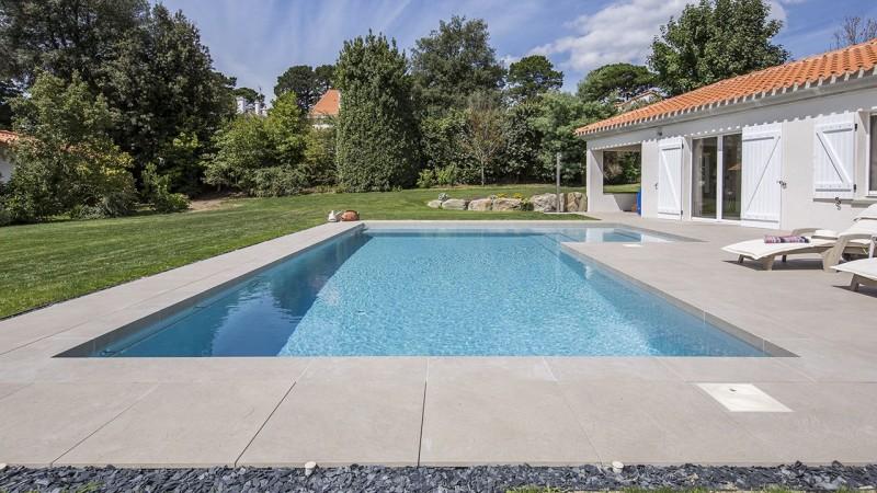 Terrasse à fleur d'eau ligne d eau affleurante Ligne d'eau minérale Gris clair