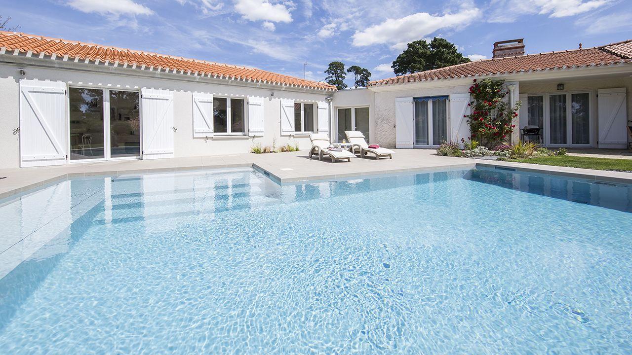 Terrasse à fleur d'eau ligne d eau piscine haute Ligne d'eau minérale Gris clair