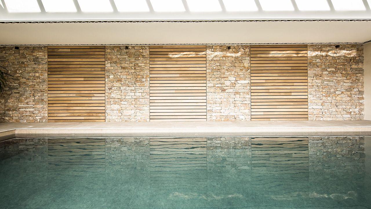 Plongeon de bien-être maison architecte piscine interieure Ligne d'eau minérale Piscine intérieure 3D Gris béton
