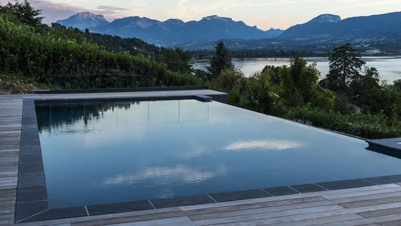 Plonger dans le grand bain montagne avec piscine privee Piscine à débordement Piscine paysagée Gris anthracite