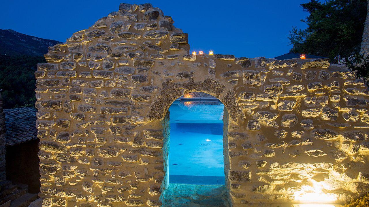Nager sur les collines ouverture piscine vitre Piscine à paroi vitrée Gris clair
