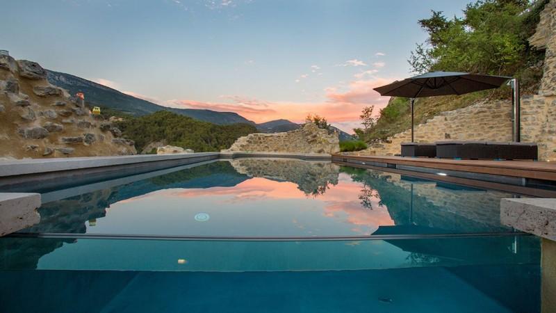 Nager sur les collines piscine avec paroi en verre Piscine à paroi vitrée Gris clair