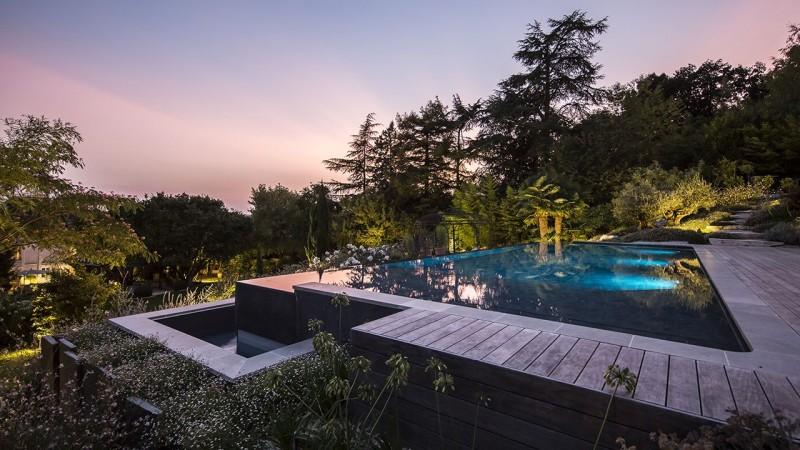Bain en hauteur piscine debordement bois Piscine à débordement Piscine paysagée 3D Gris ardoise