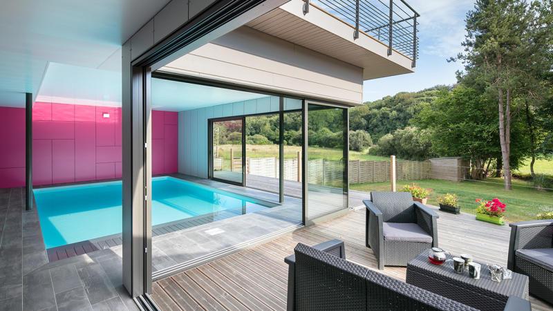 Bassin à coeur ouvert construction piscine interieure lumineuse guenan piscine Piscine intérieure Blanc