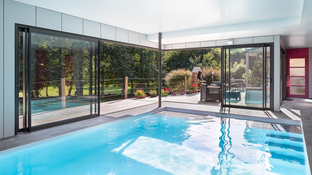 Bassin à coeur ouvert construction piscine interieure ouverte sur lexterieur guenan piscine Piscine intérieure Blanc