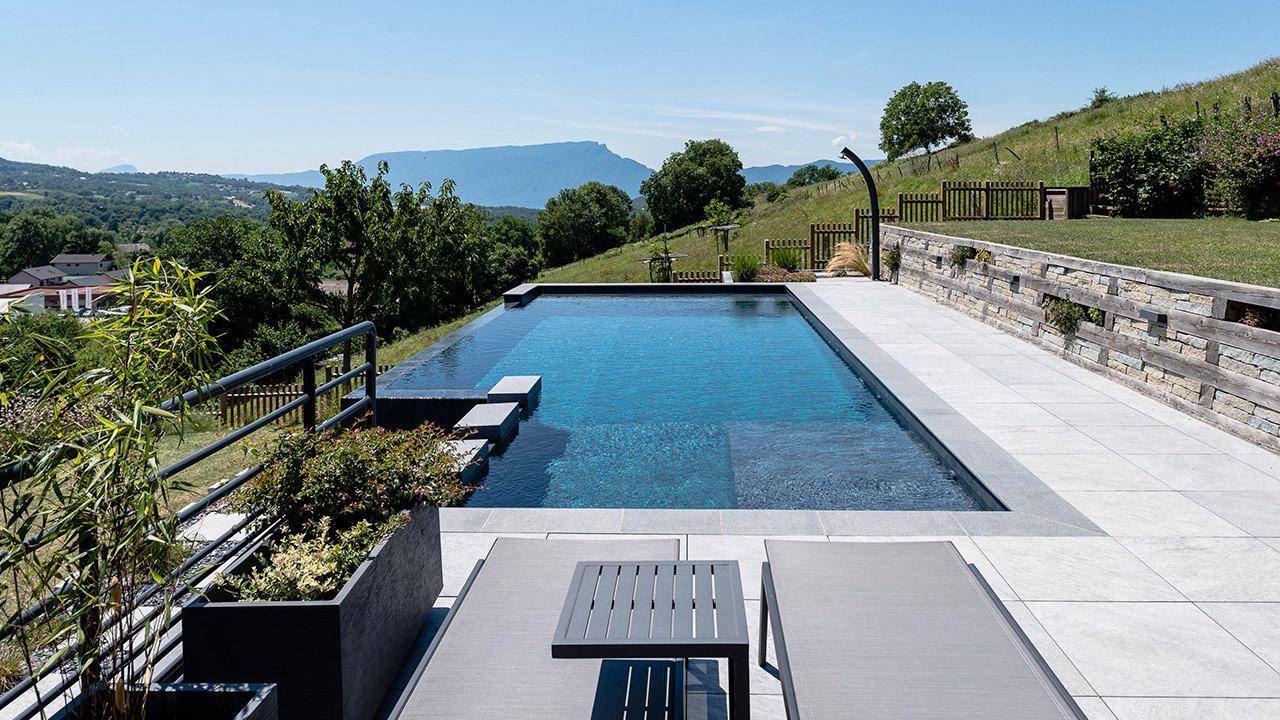 Bain en altitude piscine design a debordement Piscine à débordement 3D Gris ardoise