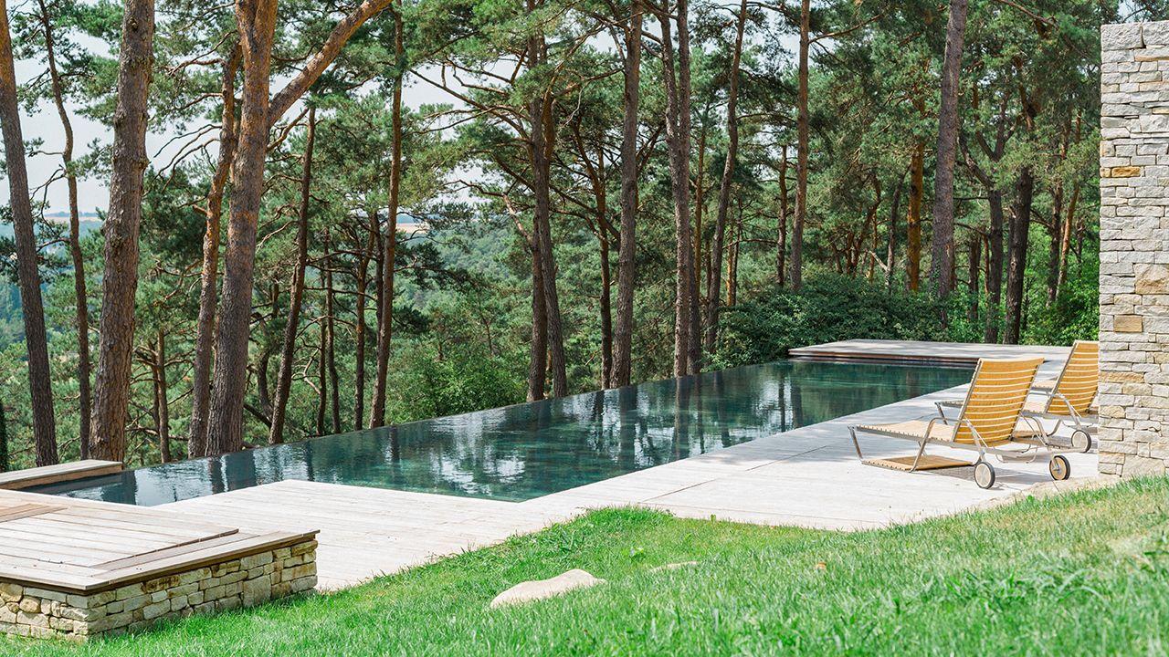 Nager vers la forêt piscine design terrasse ipe Piscine à débordement Piscine à fond mobile 3D Gris béton