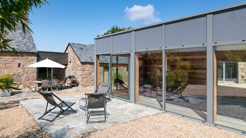 Relaxation aquatique piscine interieure design Piscine intérieure Gris clair