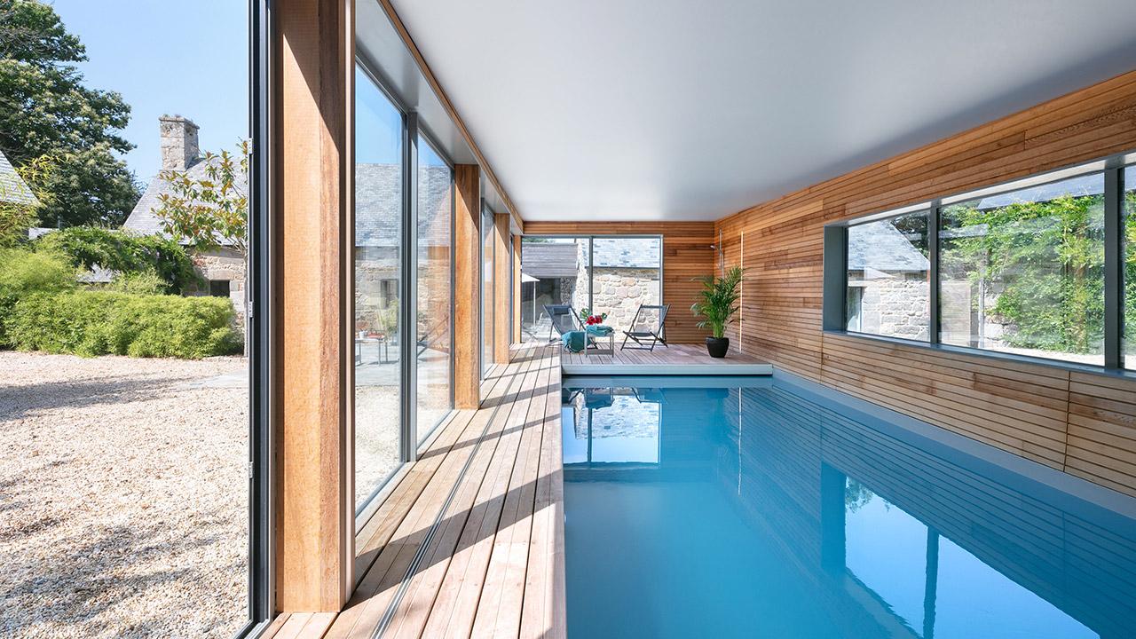Relaxation aquatique piscine interieure moderne Piscine intérieure Gris clair