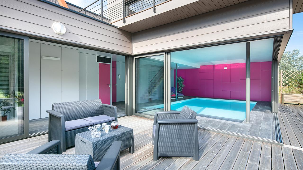 Bassin à coeur ouvert piscine interieure ouverte sur la terasse exterieure Piscine intérieure Blanc