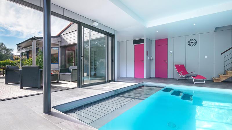 Bassin à coeur ouvert piscine interieure ouverte sur lexterieur guenan piscine Piscine intérieure Blanc