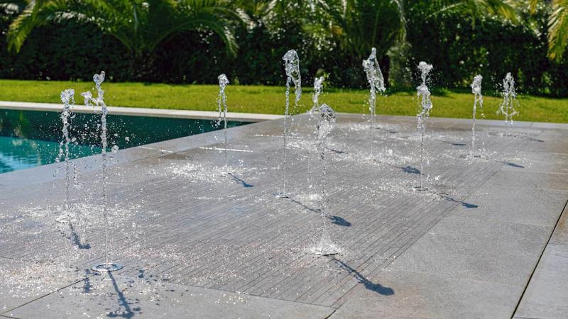 Oasis bleu piscine miroir jets eau esprit piscine 2020 86 Piscine miroir minéral