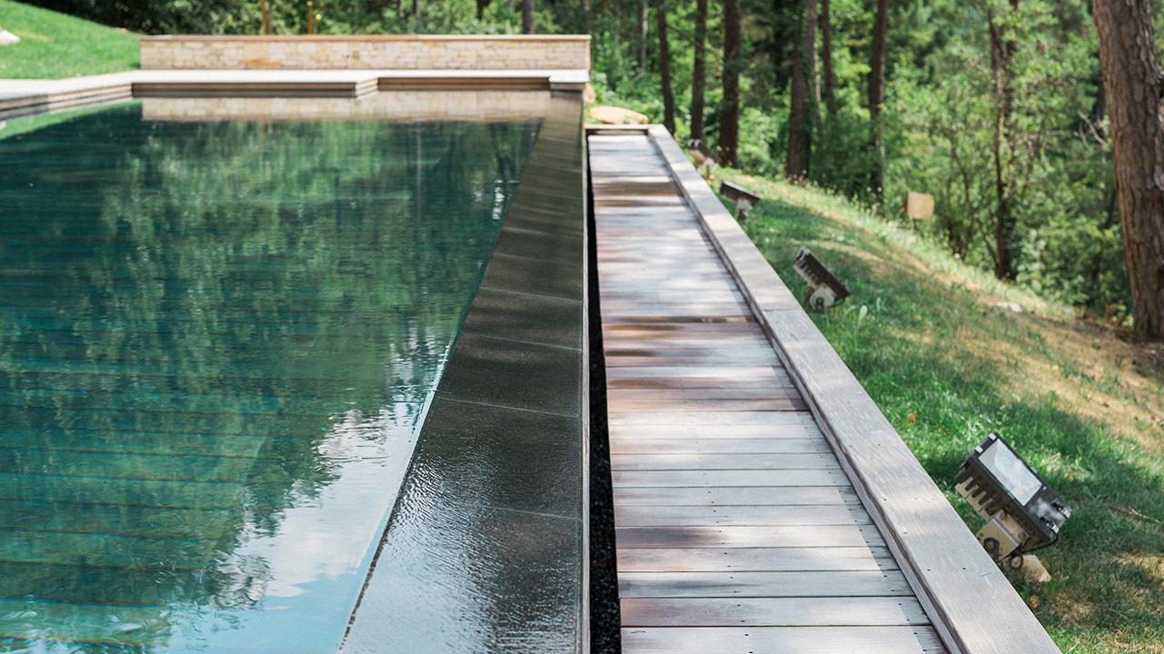 Nager vers la forêt piscine plancher qui descend Piscine à débordement Piscine à fond mobile 3D Gris béton