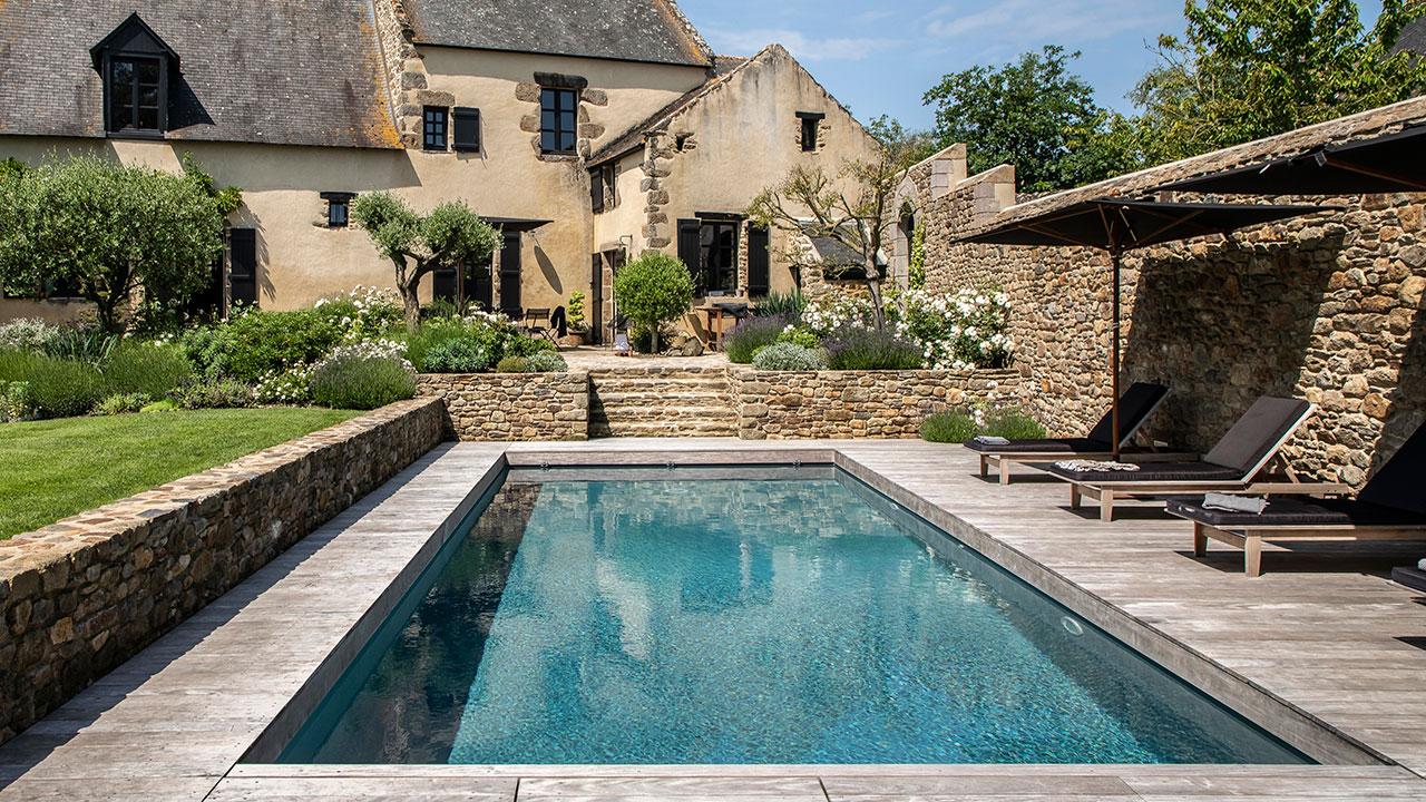 Bassin de caract re l 39 esprit piscine - Que mettre autour d une piscine ...
