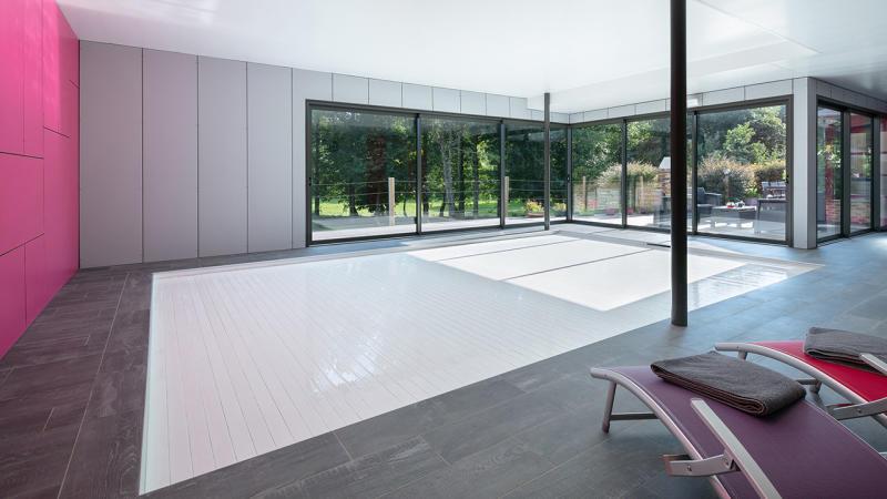 Bassin à coeur ouvert volet roulant ferme piscine interieure guenan piscine Piscine intérieure Blanc