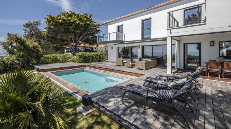 Face à la mer couverture piscine beton terrasse mobile Piscine avec terrasse mobile Gris clair