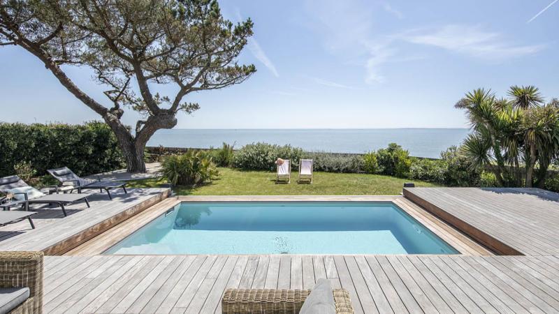 Face à la mer piscine beton terrasse mobile ouverte Piscine avec terrasse mobile Gris clair