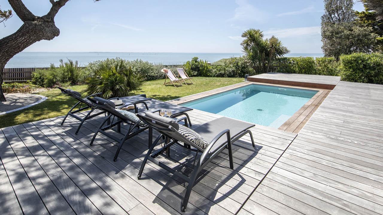 Face à la mer piscine terrasse mobile vue sur la mer Piscine avec terrasse mobile Gris clair