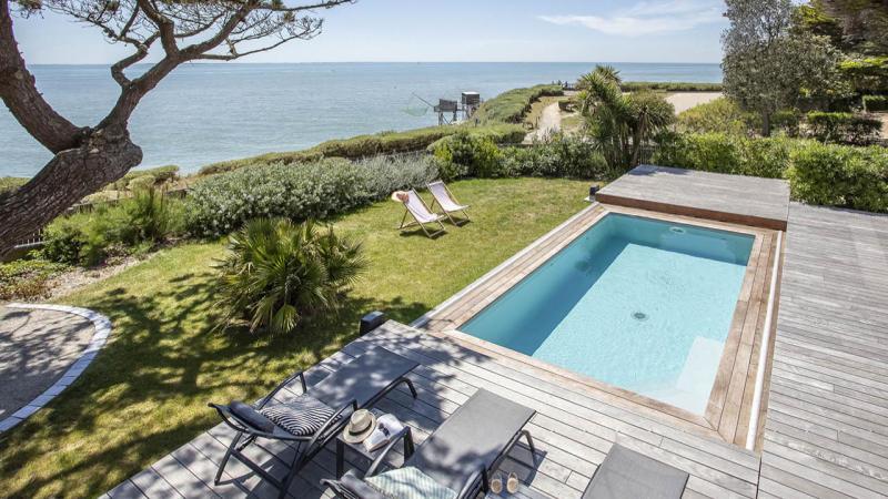 Face à la mer terrasse mobile piscine vue mer Piscine avec terrasse mobile Gris clair