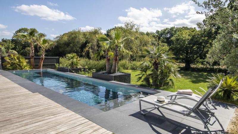 Une belle longueur d'avance couloir nage beton maison grand jardin Couloir de nage 3D Gris béton