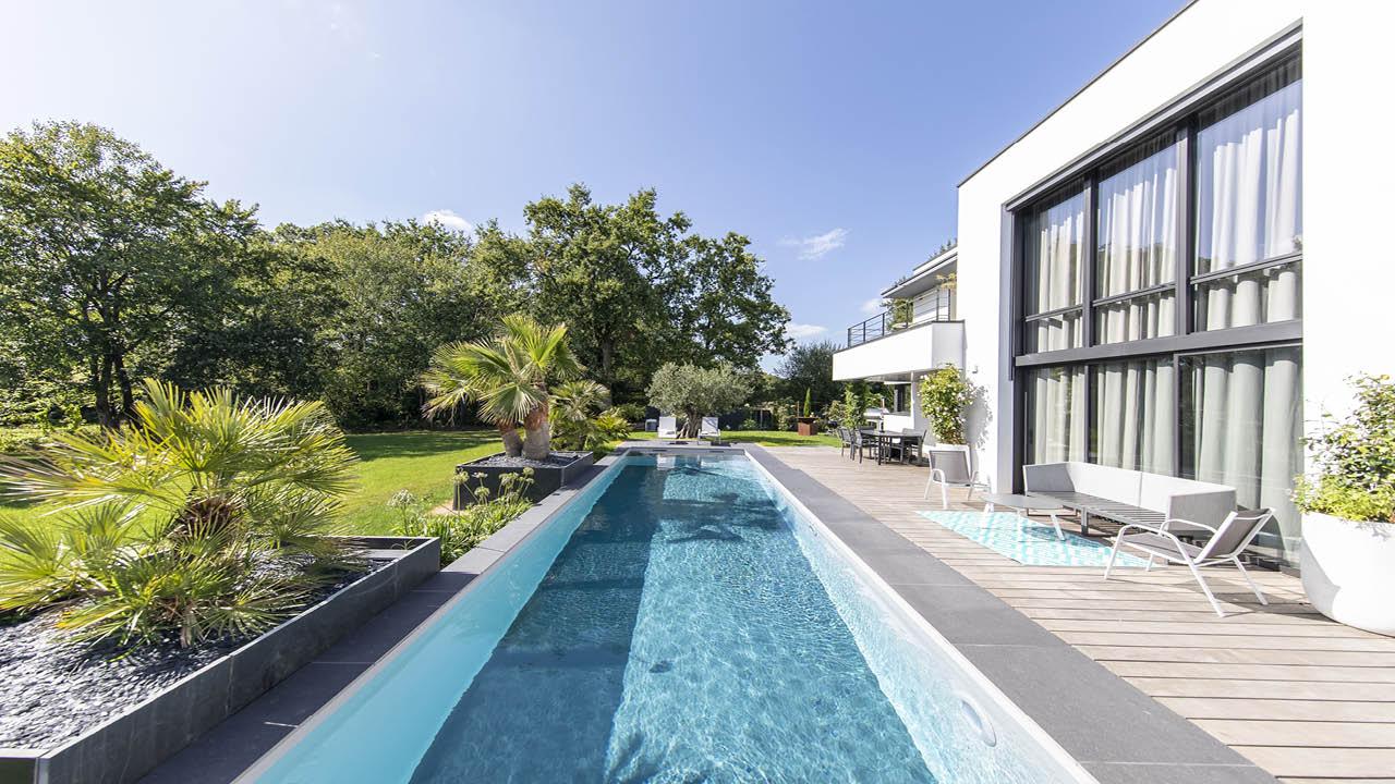 Une belle longueur d'avance maison moderne avec un couloir de nage Couloir de nage 3D Gris béton