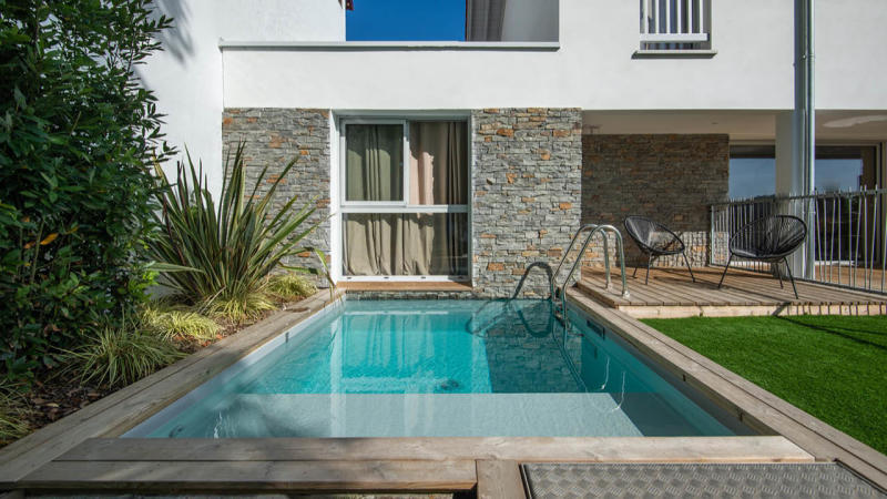 Berceau de détente mini piscine beton citadine fenetre Piscine citadine Gris clair