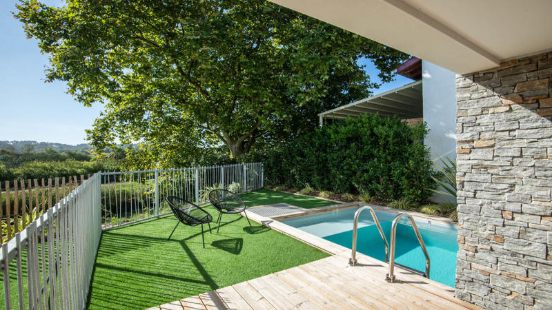 Berceau de détente mini piscine citadine verdure Piscine citadine Gris clair